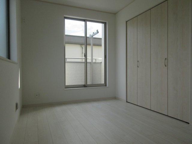洋室(4)大切な衣類を収納できる大型クローゼット