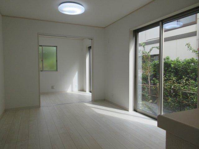 大きな窓が特徴の南向きリビングでは、太陽光も沢山取り込むことが出来てお家の中にいても日光浴が可能ですね、開放的な空間です。