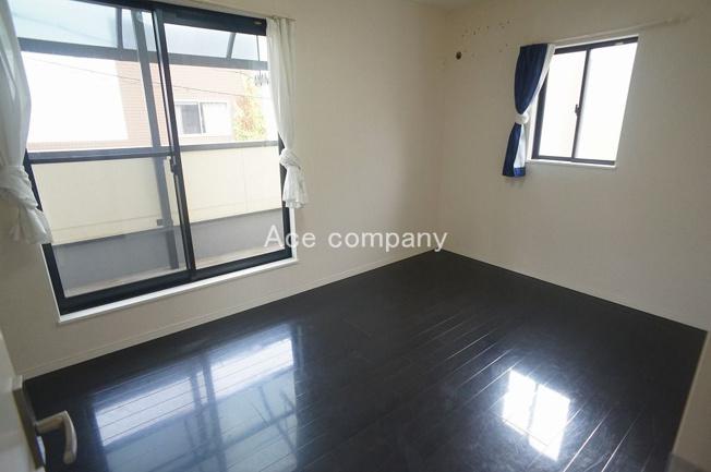【2階:南側洋室7帖】バルコニーに面したお部屋です☆