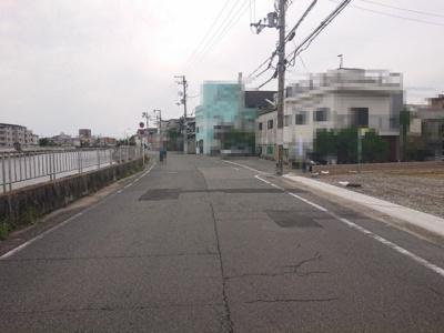 幅員約7.6mのゆとりある南道路♪敷地向かいは石津川です!川沿いをまったりお散歩してみては?