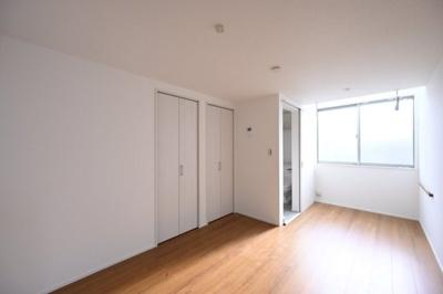 南東向きの洋室は明るく開放感があります