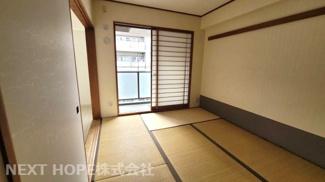 和室6帖です♪専用バルコニーに面した明るく開放的な室内です!足を伸ばして寛げる居室ですね(^^)