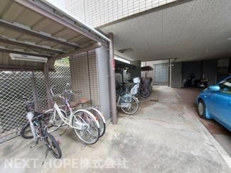 駐輪場は屋根付きです♪大切な自転車を雨から守ってくれますね(^^)
