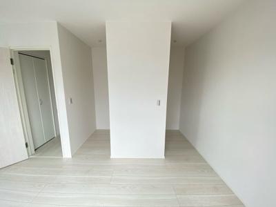 (写真は1号棟)WICは2部屋あります。枕棚付きの収納になっているので小物も整理できて重宝するスペースになりますね