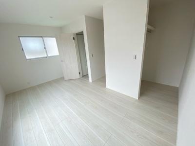 (写真は1号棟)主寝室は8帖。日当たり良好なプライベート空間で、シンプルな色合いだから家具やカーテンの色合いを選びません。