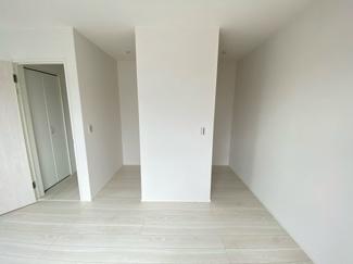 (写真は1号棟)北側の居室にはWICがあります。枕棚付きの収納になっているので小物も整理できて重宝するスペースになりますね