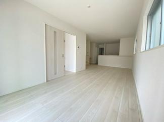 (写真は1号棟)自然光がしっかり入るリビングは3面採光で気持ちよくおくつろぎいただけますね。シンプルで飽きの来ない色合いを基調としているので置く家具の色やカーテンの柄を選びません。