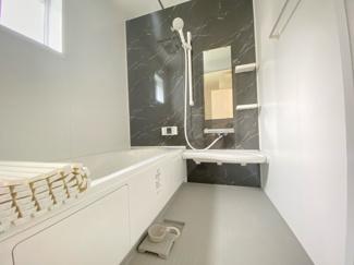 (写真は1号棟)バスユニット1坪タイプ、浴室乾燥機、手すり付き。半身浴の出来る浴槽なので1日の疲れもリフレッシュできます!防カビ抗菌素材なのもうれしいポイント