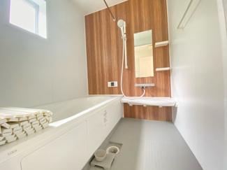 (写真は1号棟)空気もこもらずいつもクリーンな浴室乾燥機付。雨の日のお洗濯にも大活躍します。お子様と一緒に入って楽しめる広々浴室で、毎日のバスタイムが充実しますね
