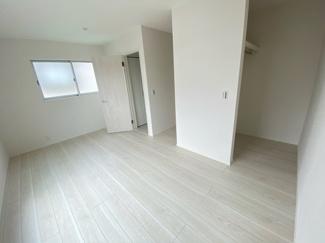 (写真は1号棟)主寝室は3面採光で8.5帖。日当たり良好なプライベート空間で、シンプルな色合いだから家具やカーテンの色合いを選びません。