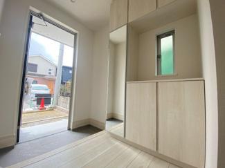(写真は1号棟)備え付けの下駄箱は可動棚仕様なので無駄なスペースなく靴を収納可能。来客時にスッキリした玄関でお出迎え出来るので気持ちがいいですね。