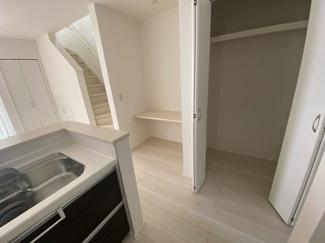 (写真は1号棟)キッチンサイドに収納スペースを設けています。