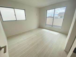 (写真は3号棟)主寝室は7.7帖。日当たり良好なプライベート空間で、シンプルな色合いだから家具やカーテンの色合いを選びません。