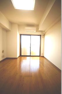 落ち着いた色合いの床材を使用した居住空間