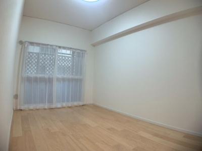 明るい洋室です。個人のお部屋にちょうど良い広さがあります。