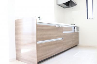 自然光だけで充分明るいリビングはキッチンから見渡せるのでご家族とのコミュニケーションもしっかり取れます!リビングの様子をキッチン側から確認できるので、楽しくキッチンに立てますね