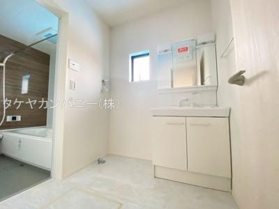 清潔感のある白を基調とした洗面室は小窓からの採光で明るく、風通しがいいので湿気対策も考慮されています。シンプルな洗面台は収納力だけでなくシンクも広いです。