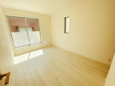 主寝室は8.5帖。全室南向きで日当たり良好なプライベート空間で、シンプルな色合いだから家具やカーテンの色合いを選びません。