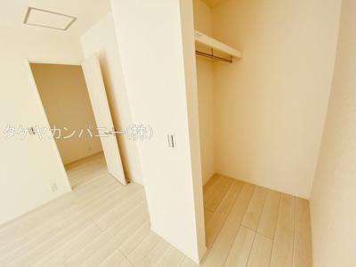 WICは2部屋あります。枕棚付きの収納になっているので小物も整理できて重宝するスペースになりますね