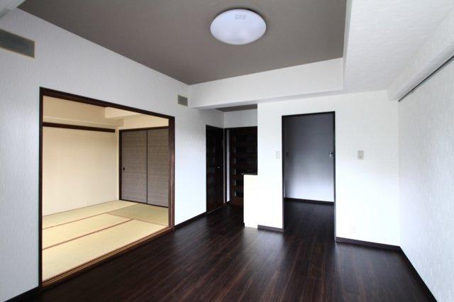 隣接する和室もあり、一体利用により更に広くお使い頂けるリビングです。おうち時間をもっと快適に楽しめる、そんな広々リビングでの新生活をご提案致します。
