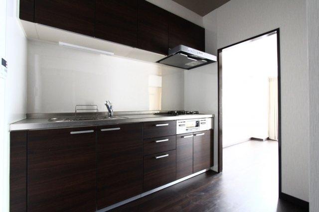 使い勝手のよいシステムキッチン。上部は収納スペースが設けられておりますので、キッチンツールやお鍋など沢山収納できそうです。