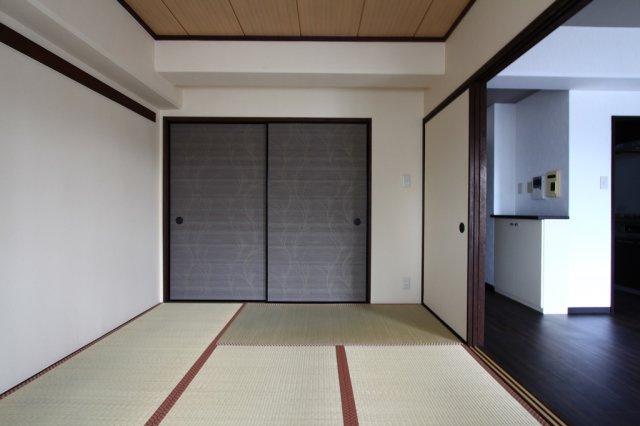 リビングに隣接する6帖和室です。開放すると広々とした空間に。お子様のプレイルームやゲストルーム等多彩な場面で活躍しますよ。