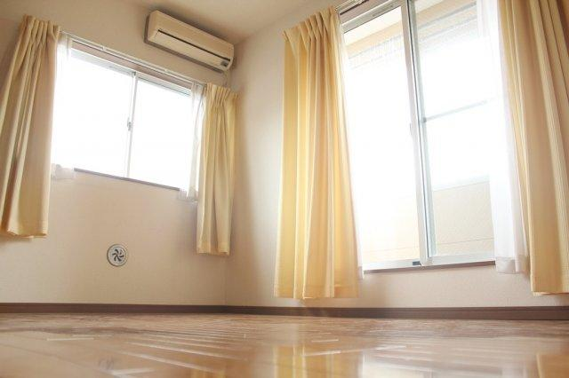 2階洋室6帖 バルコニーへ出入りできるお部屋です。全室フローリング床の室内。2面採光で明るいですね。