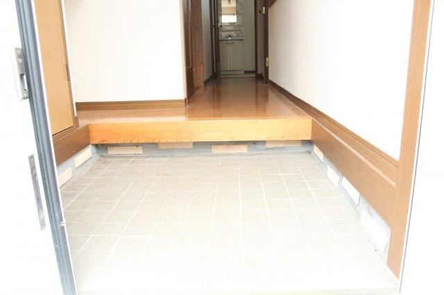 玄関土間部分はゆとりのある広さ。玄関下駄箱収納もございます。