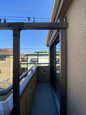 南向きのL字型バルコニーは2部屋から出入り可能なので、洗濯物やお布団もスムーズに干せますよ。南側道路なので、正面の物件とも距離があり、開放感を味わえます。