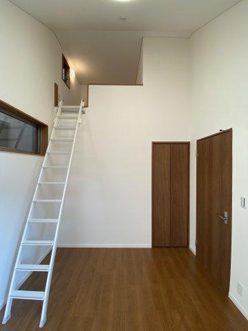 勾配天井で天井まで高さがあり、広く開放的な洋室です。 収納や就寝スペースとしても利用できるロフトが重宝します。