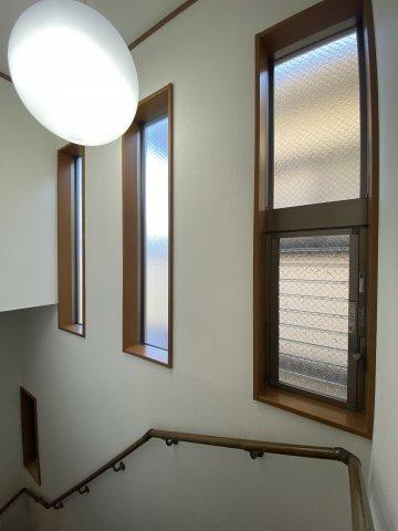 階段各所に窓が配置され、開放感ある空間を演出しています。 手すりがあるので、ご年配の方や小さなお子様のいるご家庭にも安心ですね。