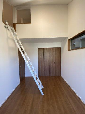 フローリングやクロスも貼替えられ、綺麗な室内です。 高窓を配置しているので、外からの視線を避けながら十分な自然光を取り入れる事が出来ます。
