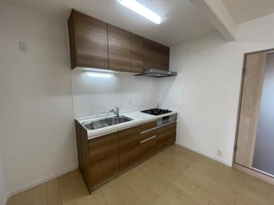 キッチンは上段収納もあり収納力があるので使いやすいです。