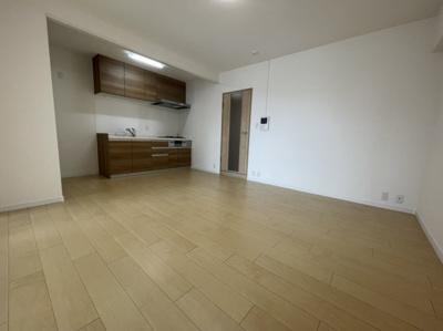 壁付けキッチンなので、LDを広く使えますね。