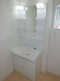 ゆったりとスペースのある洗面所! カガミの両サイドは、必要なものを取出しやすい棚タイプになります。 引き伸ばしが出来る水洗は、洗面台を洗う時や水汲み時・洗髪時に、便利に伸びます。