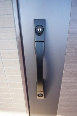 「玄関扉はダブルロックキーです」