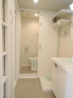 洗面室に収納棚あり