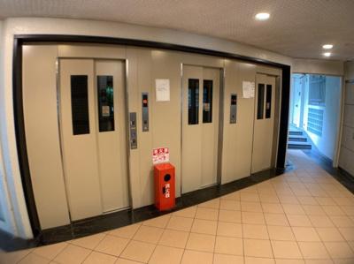 エレベーターが3基あります。