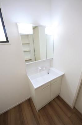 1号棟 独立洗面台、小物を置くことができて便利です