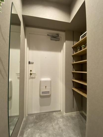 収納もある玄関です 鏡付きなので出かける前の身だしなみのチェックもできますね