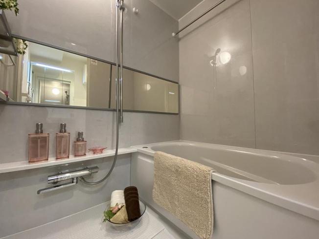 お風呂で日々の疲れを落としましょう カビの心配がいらない浴室換気乾燥機と追い焚き機能付きのユニットバス 雨の日も浴室で洗濯物を干すことができます