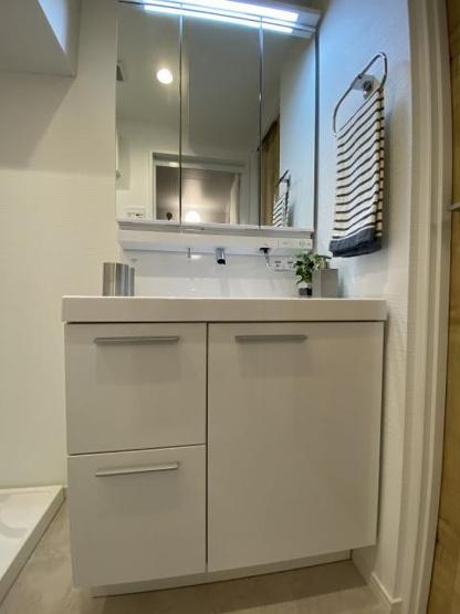 独立洗面台あり、毎朝おしゃれに忙しい女性の方におすすめです 角度をつけて使える三面鏡がついています。