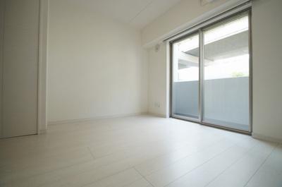 明るい色の床材を使用したお部屋です