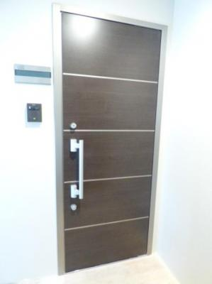 ダブルロック採用のお洒落な玄関ドア(同一仕様)