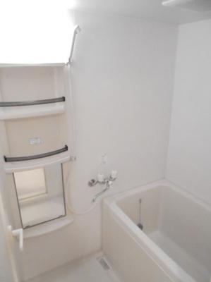 いつでも温かいお風呂に入れる追い焚き機能付きのバスルームです