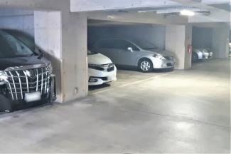 駐車場は地下1階部分にございます。 こちらの物件駐車場専用使用権付きです。