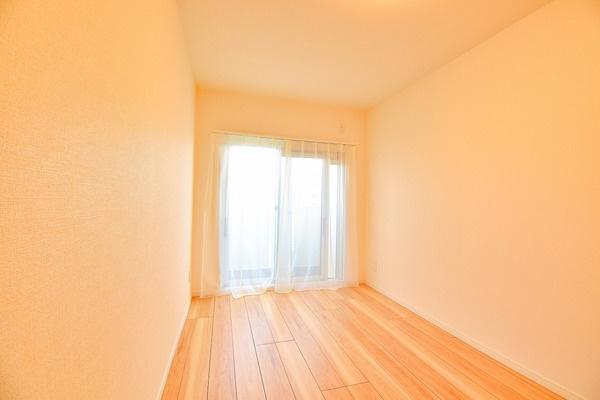 窓が大きく明るい洋室。 休日はこちらでおくつろぎください