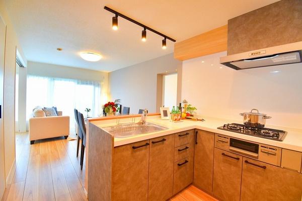 充実の設備がついたお洒落なキッチン。 L字型のキッチンは移動も少なく使い勝手が良いです!