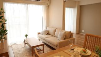 明るく開放的な空間が広がるLDK。室内には豊かな陽光が注ぎ込み、爽やかな住空間を演出♪