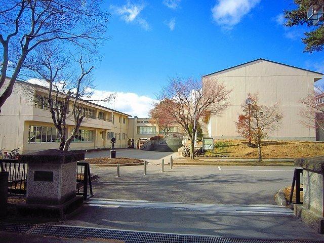 軽井沢中部小学校まで1200m